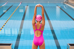 Женщина протягивая и подготавливая к плавать Стоковая Фотография