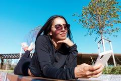 Женщина протягивая и работая outdoors с круглой резинкой в городской среде стоковая фотография rf
