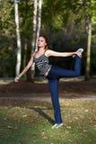 Женщина протягивая мышцы перед jogging стоковая фотография rf