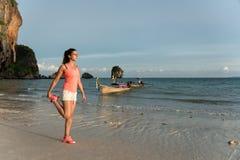 Женщина протягивая перед бежать на пляже Стоковые Фотографии RF