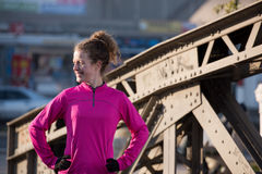 Женщина протягивая перед jogging утра Стоковая Фотография