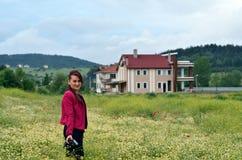 Женщина профессиональный фотограф с камерой dslr, внешним a стоковое изображение rf