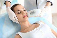 Женщина проходя процедуру удаления волос стоковые фотографии rf