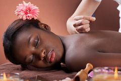 Женщина проходя терапию иглоукалывания на салоне стоковая фотография rf