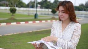 Женщина прочитала кассету в парке видеоматериал
