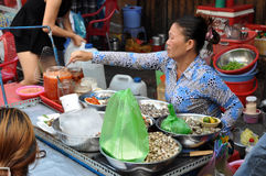 Женщина продавая еду улицы, улиток моря и другой продукт моря с ve Стоковая Фотография