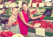 Женщина продавая органические томаты стоковые изображения rf
