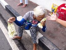 Женщина продает гирлянды цветков sampaguita Стоковая Фотография