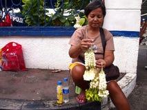 Женщина продает гирлянды цветков sampaguita Стоковое Изображение RF
