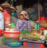 Женщина продает овощи на уличном рынке в оттенке, Вьетнаме стоковые изображения rf