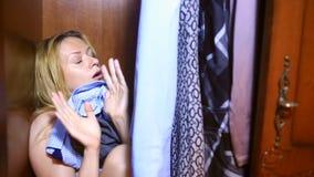 Женщина прячет внутри шкафа Они нашли она, она устрашены и screams Скопируйте выйденный космос видеоматериал