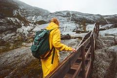 Женщина путешественника взбираясь вверх лестницы в скалистых горах Стоковая Фотография