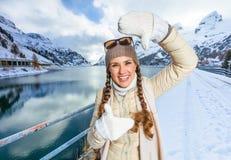 Женщина путешественника в зиме outdoors обрамляя с руками стоковое изображение