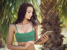 Женщина путешественника используя планшет Стоковые Изображения RF