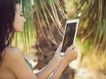 Женщина путешественника используя планшет Стоковые Изображения