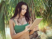 Женщина путешественника используя планшет Стоковое Изображение RF
