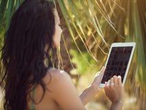 Женщина путешественника используя планшет Стоковые Фотографии RF