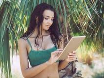 Женщина путешественника используя планшет Стоковая Фотография RF