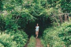 Женщина путешественника идя в лес лета Стоковое Фото
