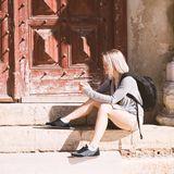 Женщина путешественника наблюдая карту города на телефоне Стоковое фото RF