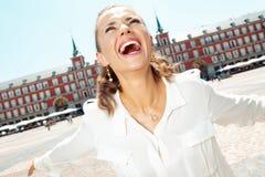 Женщина путешественника на мэре площади в ликование Мадриде, Испании стоковая фотография rf