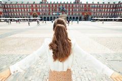Женщина путешественника на мэре площади в ликование Мадриде, Испании стоковое фото rf