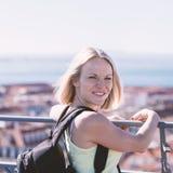 Женщина путешественника на предпосылке панорамы Лиссабона Стоковое Изображение