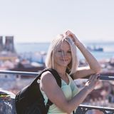 Женщина путешественника на предпосылке панорамы Лиссабона Стоковые Фотографии RF