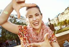 Женщина путешественника обрамляя с руками стоковые изображения