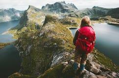 Женщина путешественника открывая горы Норвегии Стоковая Фотография RF