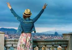 Женщина путешественника перед городским пейзажем ликования Барселоны стоковое изображение