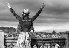 Женщина путешественника перед городским пейзажем ликования Барселоны стоковая фотография rf
