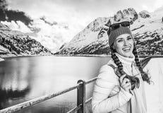 Женщина путешественника перед ландшафтом горы зимы с озером Стоковые Фото