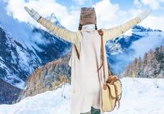 Женщина путешественника перед ликованием пейзажа горы зимы Стоковые Изображения RF