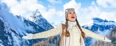 Женщина путешественника перед ликованием пейзажа горы зимы Стоковые Фотографии RF