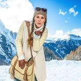 Женщина путешественника перед поцелуем воздуха пейзажа горы дуя Стоковые Фото