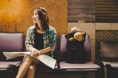 Женщина путешественника портрета очаровательная красивая Привлекательное красивое стоковая фотография rf