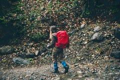 Женщина путешественника при рюкзак на одичалом лесе Стоковое Изображение