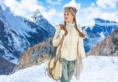 Женщина путешественника против ландшафта горы зимы смотря в сторону Стоковое Изображение