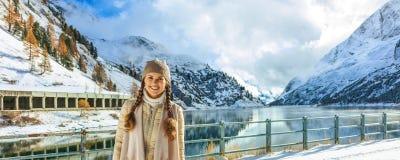 Женщина путешественника стоя против пейзажа горы зимы Стоковые Изображения RF