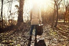 Женщина путешественника следовать светом надежды в лесе Стоковое фото RF