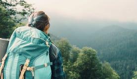 Женщина путешественника с рюкзаком Стоковое Фото