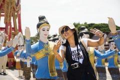 Женщина путешественников тайская представляя тайские танцы для принимает фото Стоковая Фотография RF