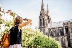 Женщина путешествуя в городе Clermont-Ferrand в Франции Стоковое фото RF
