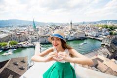 Женщина путешествуя в городе Цюриха Стоковое Фото