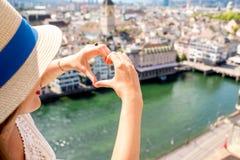 Женщина путешествуя в городе Цюриха Стоковые Фотографии RF