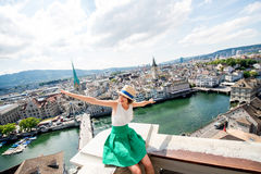 Женщина путешествуя в городе Цюриха Стоковые Изображения RF