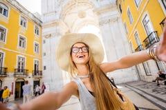 Женщина путешествуя в Лиссабоне, Португалии стоковое фото