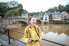 Женщина путешествуя в французском городке Dinan стоковая фотография rf