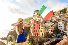Женщина путешествуя итальянский прибрежный город Стоковое Изображение RF